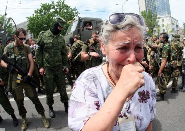 TOPSHOTS A woman cries as pro-Russia militants parade to mark  Donetsk and Lugansk regions' independence from Ukraine in Donetsk on May 25, 2014/ AFP PHOTO/ ALEXANDER KHUDOTEPLY