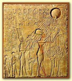 Aton shining on family Akhenaton2